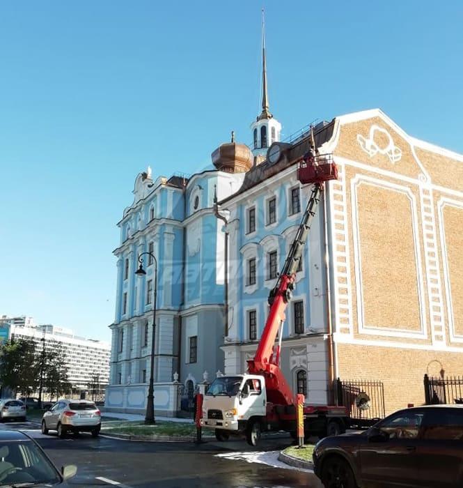Аренда автовышки для реконструкции здания